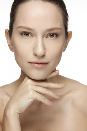 um jovem mulher só: Mulher nova bonita tocando seu rosto Skincare Perfeito Spa da Pele isolado em um fundo branco Imagens