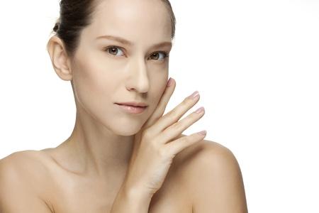 그녀의 얼굴 스킨 케어 퍼펙트 스킨 스파를 만지고 아름 다운 젊은 여자는 흰색 배경에 고립