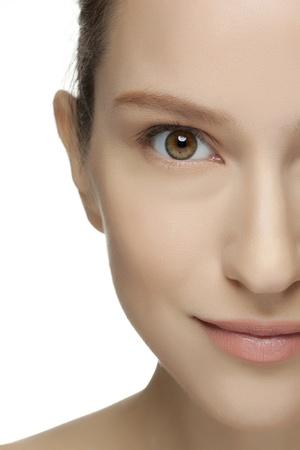egy fiatal nő csak a: Gyönyörű fiatal nő, tiszta bőr az arcon. Csinos női jelentő fehér háttér