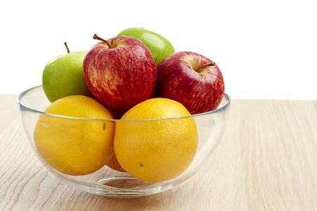 Glazenkom met fruit voor het dieet op de houten tafel
