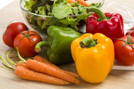 tomate: M�langer des l�gumes sur la salade sur fond de bois.
