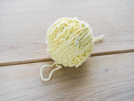 gomitoli di lana: Immagine di gomitoli di lana su sfondo di legno.
