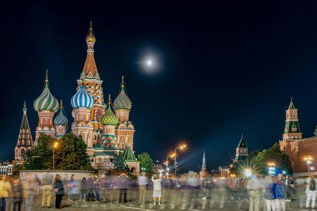 Moscú, la Plaza Roja, la Catedral de San Basilio vista nocturna Foto de archivo
