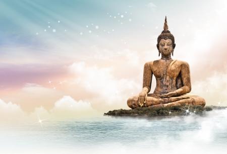 buda: Estatua de Buda sobre fondo iluminaci�n esc�nica