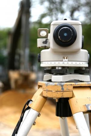 teodolito: trabajadores del topógrafo con equipo de medición teodolito operación