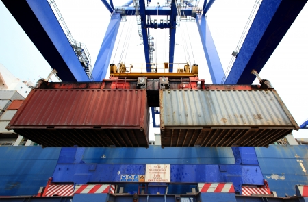 loading cargo: container operation in port