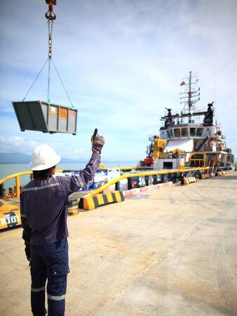 marinha: Trabalhador Harbor - assistindo a opera��o de carregamento