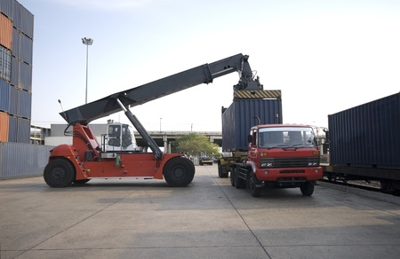 camion grua: Gr�a levantando contenedor en el patio de ferrocarril