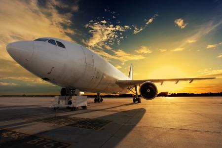 gente aeropuerto: Aeroplano en la puesta del sol - con luz de fondo