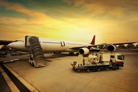 비행기는 지상 승무원에 의해 서비스되고있다 스톡 콘텐츠