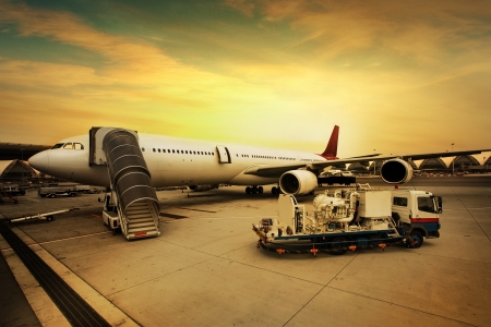 transporte terrestre: Avión está siendo atendido por el personal de tierra
