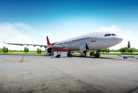 parked: Vliegtuig voorbereiden op de vlucht Redactioneel