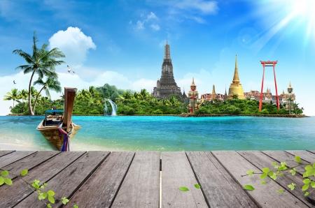 개념 여행 열 대 해변, 전통적인 긴 꼬리 보트와 나무 널빤지 바닥 스톡 콘텐츠
