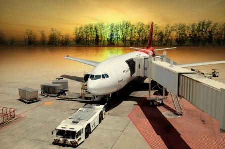 transportation: L'aereo all'aeroporto di carico al tramonto
