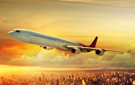 비행기는 일몰시 위에 비행