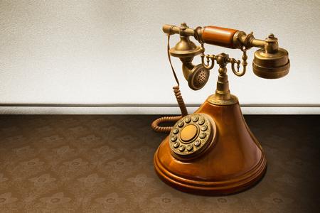 telefono antico: Telefono d'epoca su carta da parati a strisce