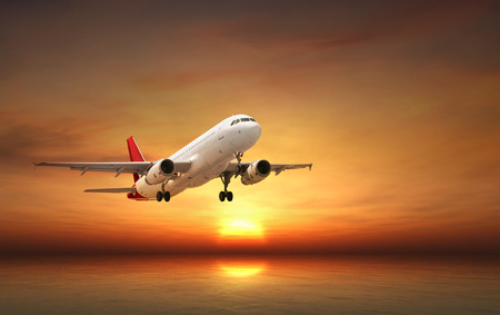Flugzeug über tropischen Meer bei Sonnenuntergang fliegen