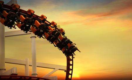 Roller Coaster bucles en la puesta de sol