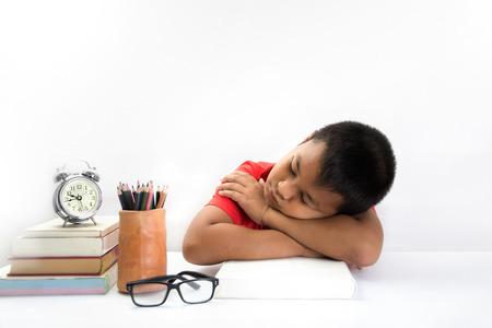 niños estudiando: niño cansado acostado y durmiendo en los libros Foto de archivo