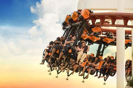 Roller Coaster Schleifen in den Sonnenuntergang. Standard-Bild - 33074888
