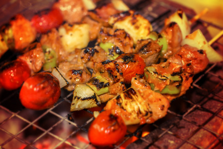 beef shish kabobs on the grill closeup Imagens