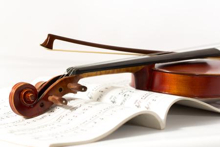 bout: Primer plano de un viol�n y el arco en el libro de m�sica de fondo