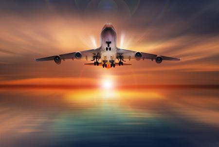 volar: avión de pasajeros vuela a lo largo de la pista de despegue, el concepto