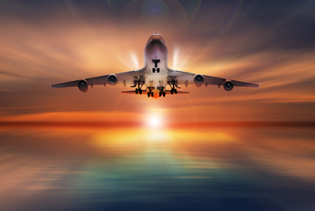 Passagierflugzeug fliegen über Startbahn, Konzept Standard-Bild - 46026112