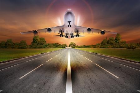 離陸滑走路を旅客飛行機飛ぶコンセプト 写真素材