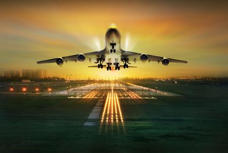 voyage avion: avion de voler au-dessus de la piste de décollage, le concept Banque d'images