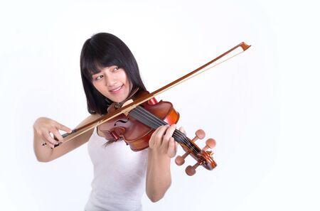 violinista: hermosa chica tocando el violín, aislado en fondo blanco Foto de archivo