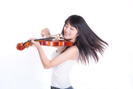 흰 배경에 고립 된 바이올린 연주 아름다운 소녀