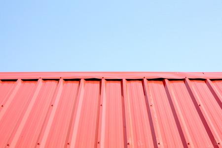 Metalldach mit einem wunderschönen blauen Himmel Standard-Bild - 28454188