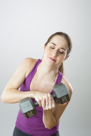 heavy weight: Woman lifting heavy weight