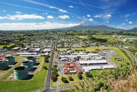 edificio industrial: New Plymouth - importante ciudad de la región de Taranaki, en la costa oeste de la Isla Norte de Nueva Zelanda Foto de archivo