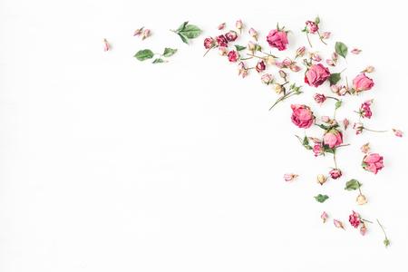 Bloemen samenstelling. Frame gemaakt van gedroogde rozenbloemen. Plattegrond, bovenaanzicht