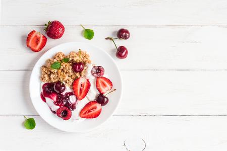 ヨーグルト、ミューズリーと果実、フラット トップ ビューで健康的な朝食を置く