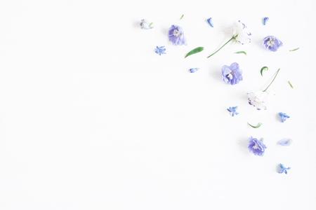 Composizione di fiori. Border fatta di lilla e fiori bianchi. distesi, vista dall'alto