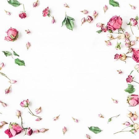Bloemensamenstelling. Frame gemaakt van gedroogde roze bloemen. Plat leggen, bovenaanzicht. plein Stockfoto
