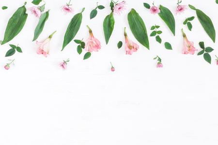 花の組成物。国境はピンクの花と葉から成っています。平面図、平面レイアウト 写真素材