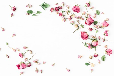 Blumen Zusammensetzung. Rahmen aus getrockneten Rosenblüten. Valentinstag. Flache Lage, Draufsicht Standard-Bild