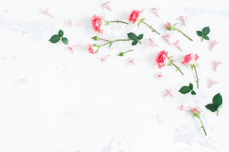 꽃 조성물. 장미 꽃으로 만든 프레임입니다. 발렌타인 데이. 플랫 평신도, 상위 뷰