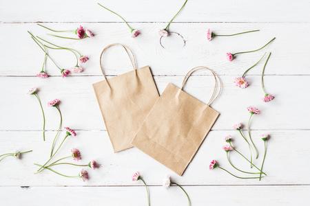 Cornice di fiori da margherite, sacchetto di carta, vista dall'alto, lay flat Archivio Fotografico - 73190202