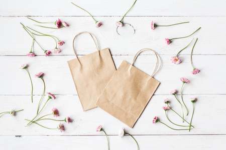 frame of daisies flowers, paper bag, top view, flat lay Banco de Imagens