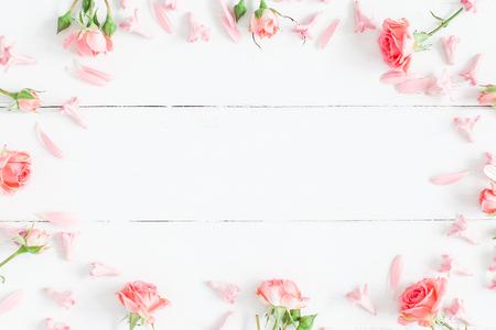 꽃 조성물. 흰색 나무 배경에 핑크 꽃입니다. 플랫 평신도, 상위 뷰 스톡 콘텐츠