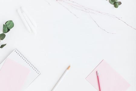 노트북, 종이 빈, 장식 지점, 연필 여성스러운 작업 공간. 비즈니스 개념입니다. 플랫 평신도, 상위 뷰