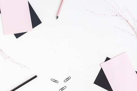 Kobiecy obszar roboczy z papierem puste, ołówki. Pomysł na biznes. Płaski, górny widok