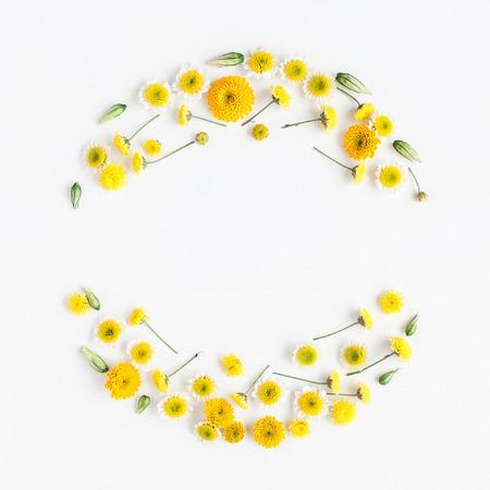 Bloemen samenstelling. Kroon gemaakt van verschillende gele bloemen op witte achtergrond. Plat leggen, bovenaanzicht Stockfoto