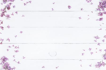 봄 꽃. 흰색 나무 배경에 라일락 꽃. 상위 뷰, 평면 평신도