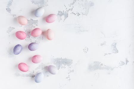 彩色復活節彩蛋在白色背景上。復活節概念。假日背景。平躺,頂視圖,副本空間 版權商用圖片